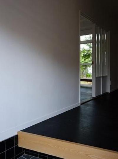 『上足洗の家』豊かな住まい、居心地の良い住まいへリノベーション (玄関よりリビング入口を見る)