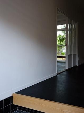 『上足洗の家』豊かな住まい、居心地の良い住まいへリノベーションの部屋 玄関よりリビング入口を見る