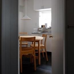 ダイニング入口-白いドア (『上足洗の家』豊かな住まい、居心地の良い住まいへリノベーション)