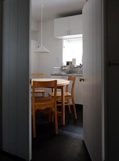 『上足洗の家』豊かな住まい、居心地の良い住まいへリノベーション (ダイニング入口-白いドア)