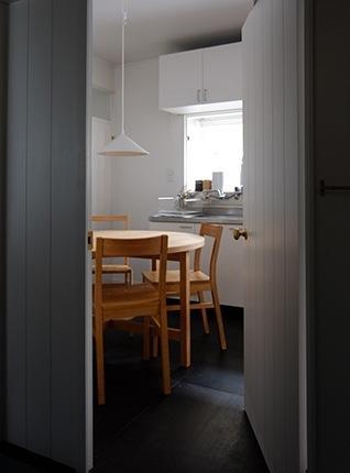 『上足洗の家』豊かな住まい、居心地の良い住まいへリノベーションの部屋 ダイニング入口-白いドア