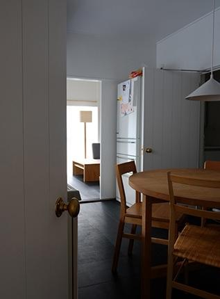『上足洗の家』豊かな住まい、居心地の良い住まいへリノベーションの部屋 ダイニングよりリビングを見る