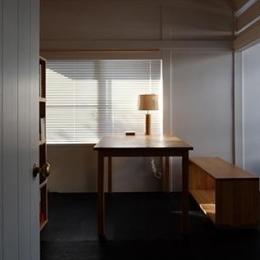 『上足洗の家』豊かな住まい、居心地の良い住まいへリノベーション (優しい光の差し込む書斎)