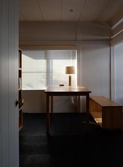 優しい光の差し込む書斎 (『上足洗の家』豊かな住まい、居心地の良い住まいへリノベーション)