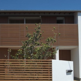 『豊田町の家 』心地よい距離感の二世帯住宅 (木製ルーバーがアクセントの外観)