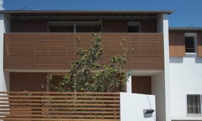 木製ルーバーがアクセントの外観|『豊田町の家 』心地よい距離感の二世帯住宅