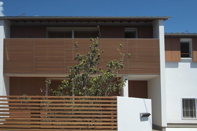『豊田町の家 』心地よい距離感の二世帯住宅の部屋 木製ルーバーがアクセントの外観