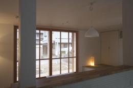 『豊田町の家 』心地よい距離感の二世帯住宅 (1階キッチンからの眺め)