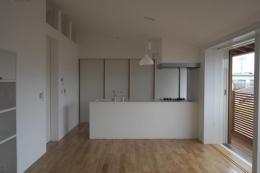 『豊田町の家 』心地よい距離感の二世帯住宅 (白基調の2階キッチン)