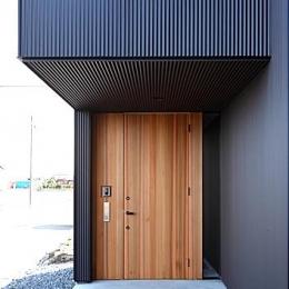 『黒一』素材感のある男前な平屋住宅 (木製の玄関ドア)