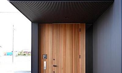 木製の玄関ドア|『黒一』素材感のある男前な平屋住宅