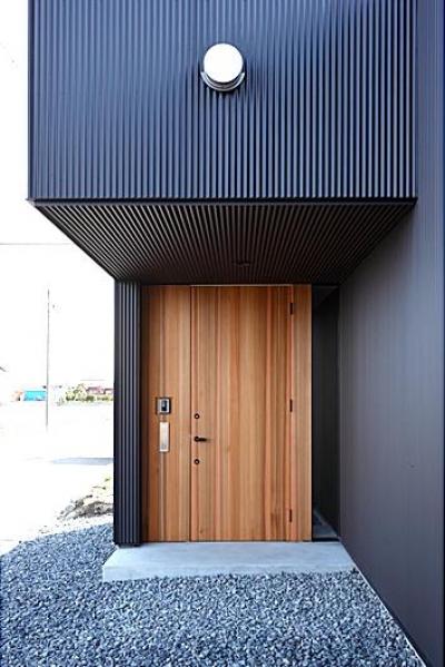 木製の玄関ドア (『黒一』素材感のある男前な平屋住宅)