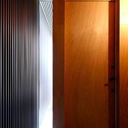 『黒一』素材感のある男前な平屋住宅 (採光に配慮した玄関)