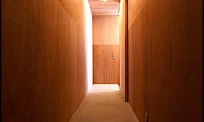 『黒一』素材感のある男前な平屋住宅 (木に囲まれた廊下)