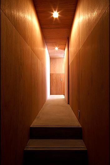 『黒一』素材感のある男前な平屋住宅の部屋 木に囲まれた廊下