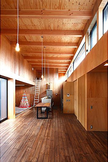 『黒一』素材感のある男前な平屋住宅の部屋 四角いワンルームの箱型LDK