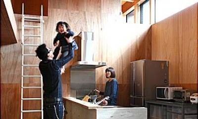 明るいキッチンスペース|『黒一』素材感のある男前な平屋住宅