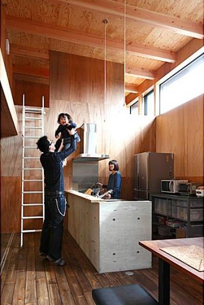 明るいキッチンスペース (『黒一』素材感のある男前な平屋住宅)