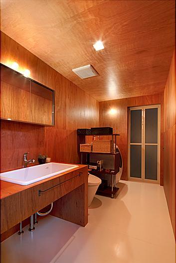 『黒一』素材感のある男前な平屋住宅の部屋 木に囲まれたサニタリールーム