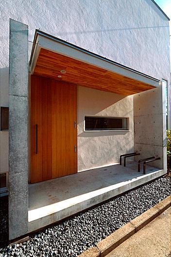 『ハラッパ』絶景の眺めを楽しめる草屋根のある家の部屋 存在感のある玄関ポーチ