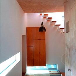 『ハラッパ』絶景の眺めを楽しめる草屋根のある家 (開放的な玄関ホール)