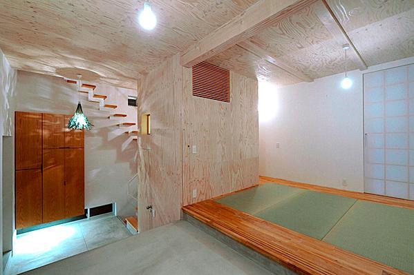 『ハラッパ』絶景の眺めを楽しめる草屋根のある家の部屋 土間と一体になる畳室