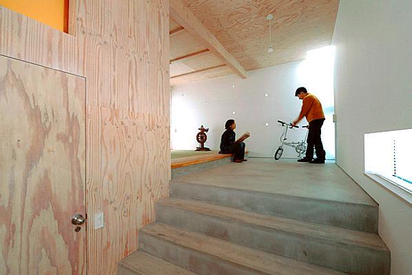 『ハラッパ』絶景の眺めを楽しめる草屋根のある家 (玄関より畳室側を見る)
