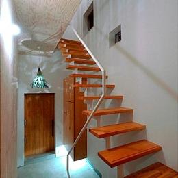『ハラッパ』絶景の眺めを楽しめる草屋根のある家 (玄関ホール・スケルトン階段)