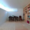 壁一面本棚のシンプルな寝室