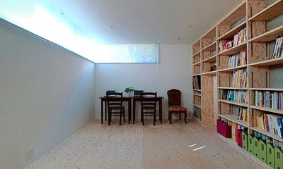 『ハラッパ』絶景の眺めを楽しめる草屋根のある家 (壁一面本棚のシンプルな寝室)
