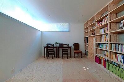 壁一面本棚のシンプルな寝室 (『ハラッパ』絶景の眺めを楽しめる草屋根のある家)