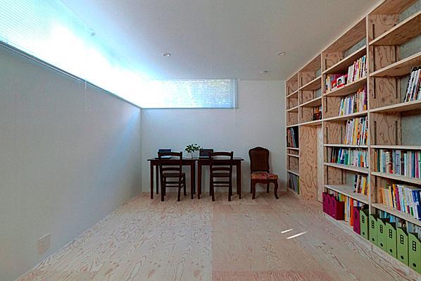 『ハラッパ』絶景の眺めを楽しめる草屋根のある家の部屋 壁一面本棚のシンプルな寝室