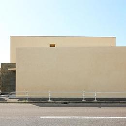 『NKK』パティオのある上質なモダン住宅 (洗練された外観)
