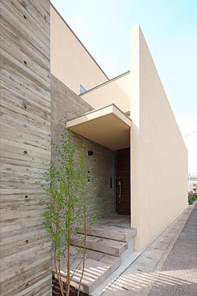 玄関ポーチ (『NKK』パティオのある上質なモダン住宅)