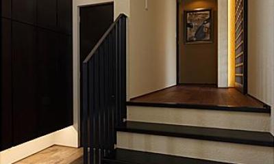 『NKK』パティオのある上質なモダン住宅 (玄関ホール・スキップフロア)