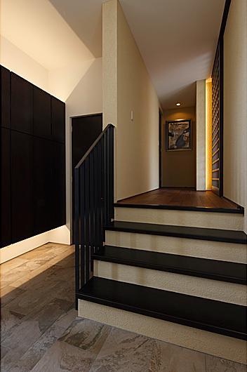 『NKK』パティオのある上質なモダン住宅の写真 玄関ホール・スキップフロア