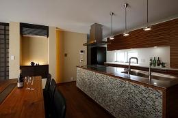 『NKK』パティオのある上質なモダン住宅 (スタイリッシュなダイニングキッチン)
