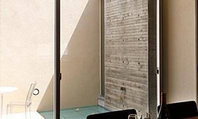 『NKK』パティオのある上質なモダン住宅 (ダイニングよりパティオを見る)