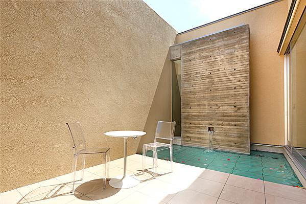 『NKK』パティオのある上質なモダン住宅の写真 開放的なパティオ