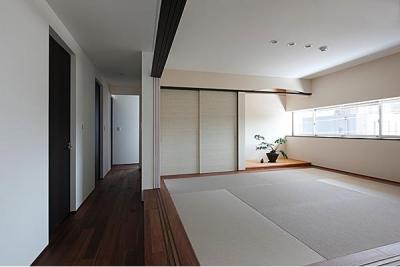 開放的な和室 (『NKK』パティオのある上質なモダン住宅)