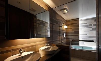 『NKK』パティオのある上質なモダン住宅 (上質な雰囲気漂う洗面室・浴室)