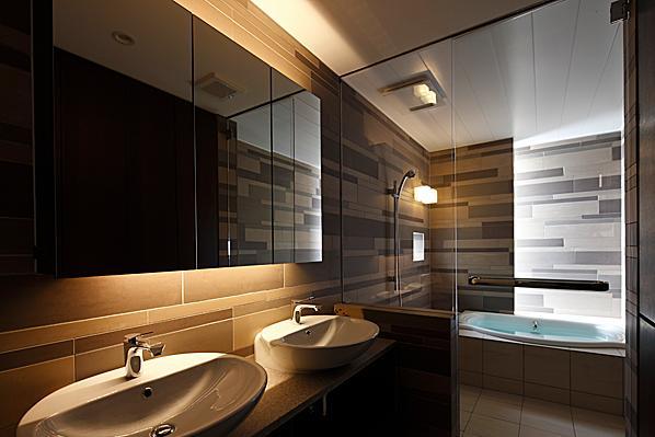 『NKK』パティオのある上質なモダン住宅の写真 上質な雰囲気漂う洗面室・浴室