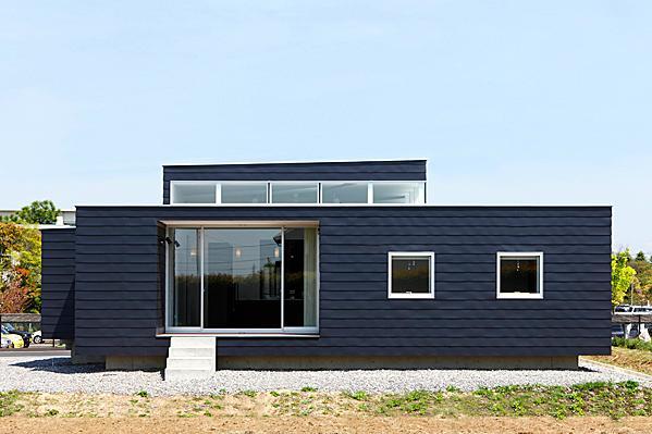 『L/P House』パティオのようなLDKのある住まいの部屋 シンプルな平屋外観-2