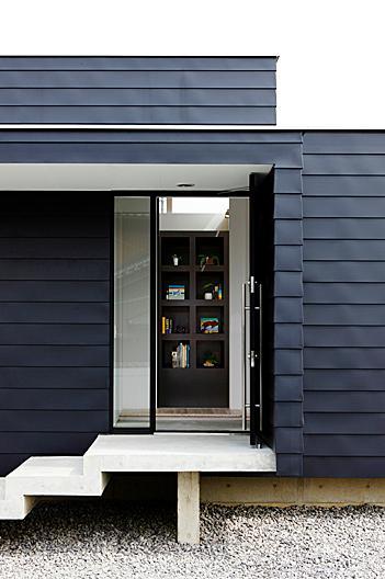 『L/P House』パティオのようなLDKのある住まいの部屋 玄関-正面に棚