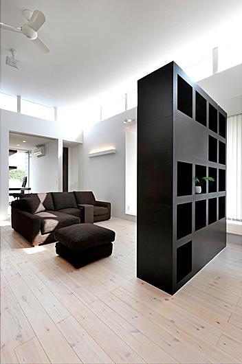 『L/P House』パティオのようなLDKのある住まいの部屋 リビング-棚兼テレビボード