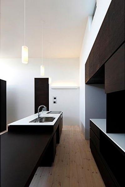 シンプルモダンなキッチン (『L/P House』パティオのようなLDKのある住まい)