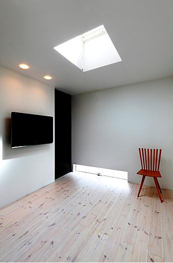 『L/P House』パティオのようなLDKのある住まいの部屋 トップライトのあるベッドルーム