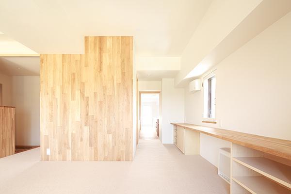 『知事公館前の家』おおらかで明るい空間づくりの部屋 寝室-作業カウンター