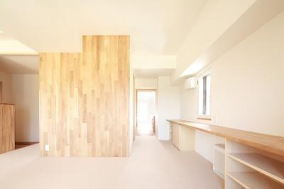 寝室-作業カウンター (『知事公館前の家』書家のためのおおらかで明るい空間づくり)