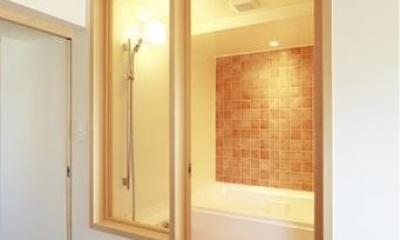 オレンジのタイル壁が映える浴室|『知事公館前の家』書家のためのおおらかで明るい空間づくり